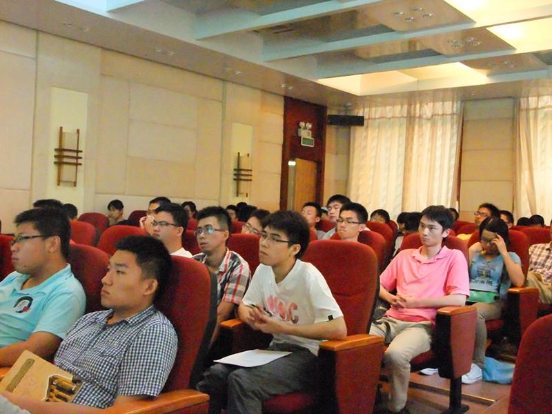 观众基本坐满了会议室